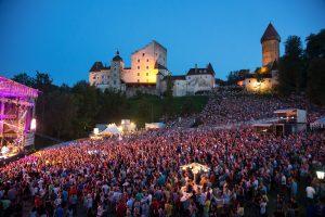 Kulisse der Burg Clam bei einem Konzert