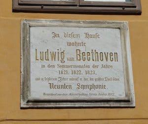 Gedenktafel zu Ehren von Ludwig van Beethoven angebracht an der Fassade am Beethovenhaus Baden
