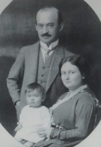 Porträt der Familie Salman Schocken 1913 im smac Museum in Chemnitz (edited), Bildquelle: (dwt)., CC BY-SA 4.0 <https://creativecommons.org/licenses/by-sa/4.0>, via Wikimedia Commons